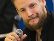 """44. Festiwal Polskich Filmów Fabularnych w Gdyni. Teatr Muzyczny. Spotkanie twórców filmu pt. """"Mowa ptaków"""" w reżyserii Xawerego Żuławskiego. Sebastian Fabijański"""