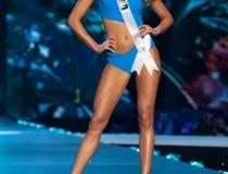 Magdalena Swat, Miss Polski 2018 rywalizuje na scenie w stroju kapielowym