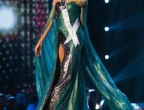 Magdalena Swat, Miss Polski 2018 rywalizuje na scenie w wieczorowej sukni