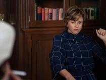 MRS. AMERICA - Elizabeth Banks jako Jill Ruckelshaus
