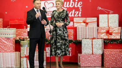 "Photo of Para Prezydencka z prezentami dla ""Szlachetnej Paczki"""