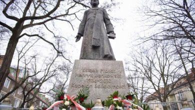 Photo of Pomnik ks. Jankowskiego w Gdańsku ponownie zamontowany. Miejsca pilnuje policja