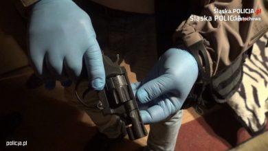 Photo of Groził podłożeniem bomb w urzędach państwowych. W mieszkaniu znaleziono broń