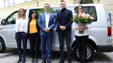 Photo of Pierwsze sześcioraczki w Polsce. Morawiecki przekazał rodzicom kluczyki do samochodu