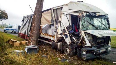 Photo of Pijany kierowca tira dwukrotne uderzył w drzewa. Jechał dalej gubiąc ładunek…