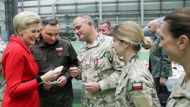 Photo of Para Prezydencka i szef MON na spotkaniu wigilijnym z żołnierzami PKW na Sycylii
