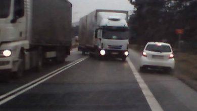 Photo of O krok od tragedii. Kierowca ciężarówki jechał wprost na samochody [WIDEO]