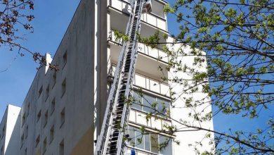 Photo of Rzucała z balkonu nożami i walizkami. Policjant po drabinie wszedł na 8 piętro