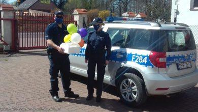 Photo of 6 urodziny. Policjanci dostarczyli tort dla dziewczynki przebywającej na kwarantannie