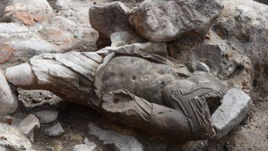 """Photo of """"Rzymianin"""" bez głowy znaleziony w Gdańsku. Kamienną rzeźbę wkomponowano w… fundament piekarni"""