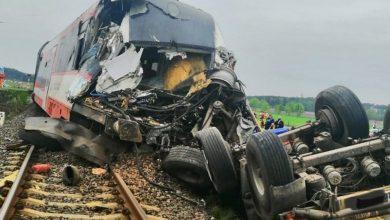 Photo of Wjechał ciężarówką pod pociąg. 17 osób zostało rannych