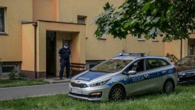 Photo of Policjanci wyważyli drzwi mieszkania. Znaleźli zwłoki matki i syna