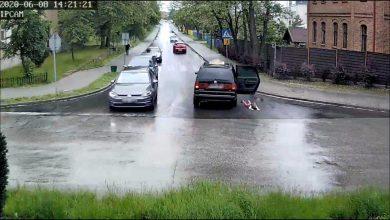 Photo of 4-latek wypadł z samochodu. Prawie przejechał go inny pojazd [WIDEO]