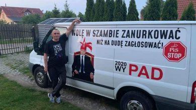 """Photo of Polacy mają dość m.in. kłamstw PiS. Zarzut za hasło: """"Wolę w szambie zanurkować niż na Dudę zagłosować"""""""