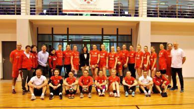 Photo of Danuta Dmowska-Andrzejuk odwiedziła sportowców w Cetniewie. Piłkarki ręczne trenują