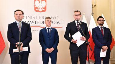 """Photo of UE walczy z homofobią. Ziobro wspiera gminę """"wolną od LGBT"""". Tuchów dostał trzy razy więcej od PiS"""