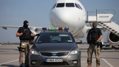 """Photo of Niesforny pasażer na pokładzie samolotu. Kobieta z """"bombowym"""" bagażem"""