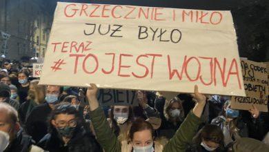 Photo of Protesty kobiet w Polsce przeciwko wyrokowi TK ws. aborcji. Brutalność policji. Adam Szłapka zawiadamia prokuraturę