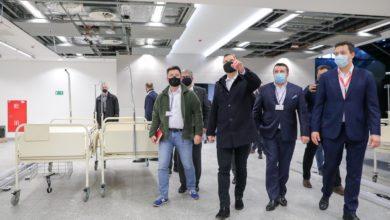 Photo of Wizyta prezydenta Andrzeja Dudy w szpitalu tymczasowym na stadionie Narodowym