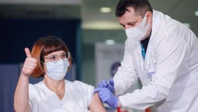 Photo of Alicja Jakubowska pierwszą osobą zaszczepioną przeciw COVID-19 w Polsce