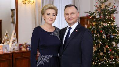 """Photo of Para Prezydencka złożyła życzenia świąteczne. """"Aby życzliwość pomogła nam pokonać koronawirusa"""" [WIDEO]"""