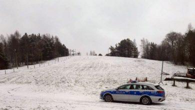 Photo of Kaszuby. Tłumy na stoku narciarskim. Kontrola policji. Zabawy na śniegu zakazane?