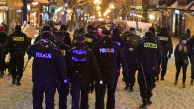 Photo of Zakopane: ataki na policjantów, spłonął samochód. Czy otwarcie stoków i hoteli to był dobry pomysł?