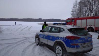 Photo of Wjechał samochodem na zamarznięte jezioro. Lód pod nim załamał się