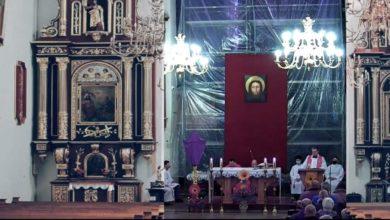 Photo of Kościół nie stosuje się do obostrzeń. Antycovidowy ksiądz. Proboszcz z koronawirusem. Wklejone puste ławy