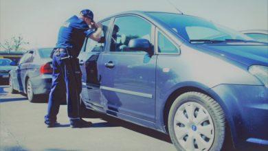 Photo of 2-latek w nagrzanym samochodzie. Policjanci wybili szybę