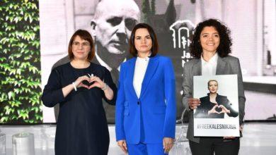 Photo of Cichanouska, Kalesnikawa i Kawalkowa z Nagrodą Jana Nowaka-Jeziorańskiego 2021. W co gra Swiatłana?